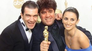 """OSC124D:ENTERTAINMENT-OSCARS:LOS ANGELES,26MAR00 - Director Pedro Almodovar of Spain holds his Oscar Statue as he poses for photographers with Antonio Banderas and Penelope Cruz, at the 72nd Annual Academy Awards at the Shrine Auditorium in Los Angeles, March 26. Almodovar won his Oscar for Best Foreign Film for the movie """"All About My Mother."""" (NOTE: THIS IMAGE IS EMBARGOED FOR INTERNET PUBLICATION UNTIL 12:30AM EST (05:30 GMT MARCH 27). jp/Photo by Mike Blake REUTERS"""